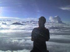 akil brdiri d atas awan